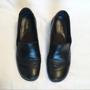 Clarks • black leather clogs